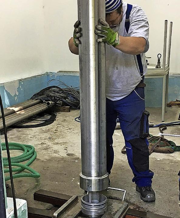 Ein Mitarbeiter setzt im Brunnenhaus (...versorgt, mit großem Aufwand saniert.   | Foto: Radon Revital Bad/Sebastian Barthmes