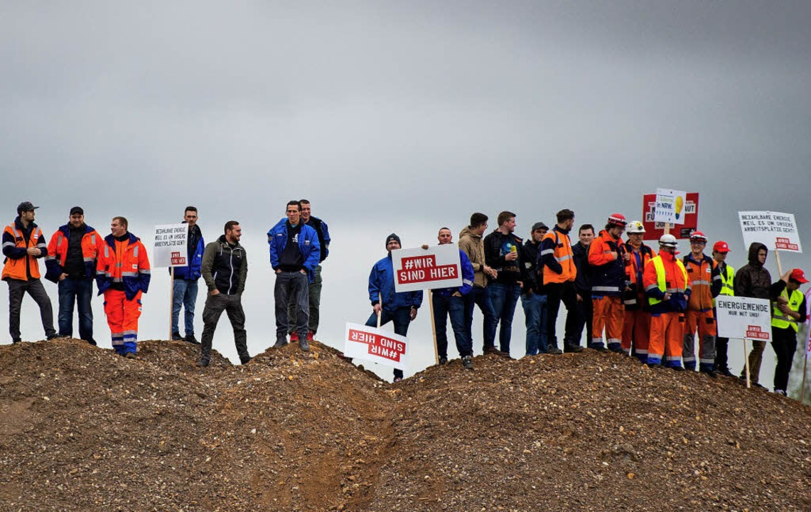 Mitarbeiter der Energiebranche demonst...in Elsdorf für den Erhalt ihrer Jobs.     Foto: dpa
