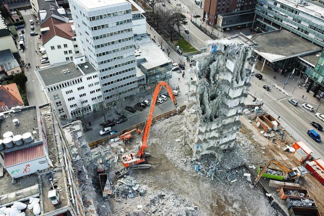 Im März war der Abrissbagger noch bei der Arbeit.  | Foto: Michael Saurer