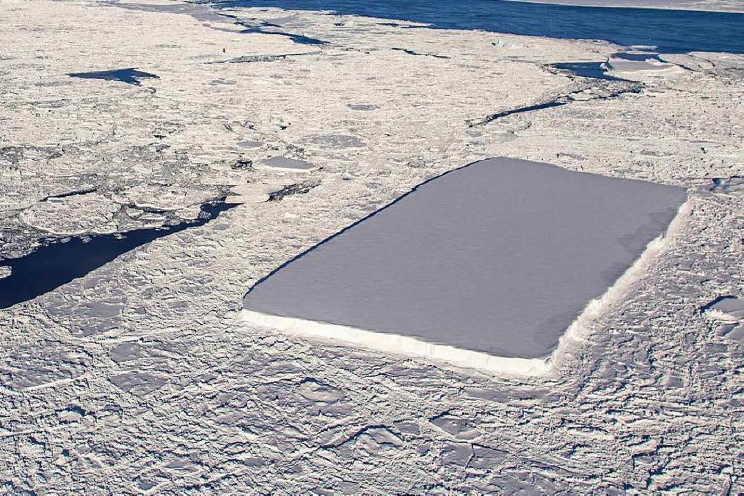 Der rechteckige Eisberg ragt in der Antarktis heraus.    Foto: dpa