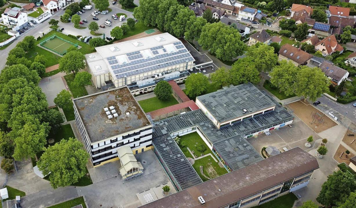 Das Endinger Schulzentrum aus der Voge... soll die neue Grundschule entstehen.   | Foto: Saurer