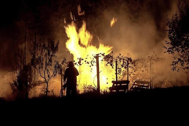 Eine Gartenhütte brennt ab