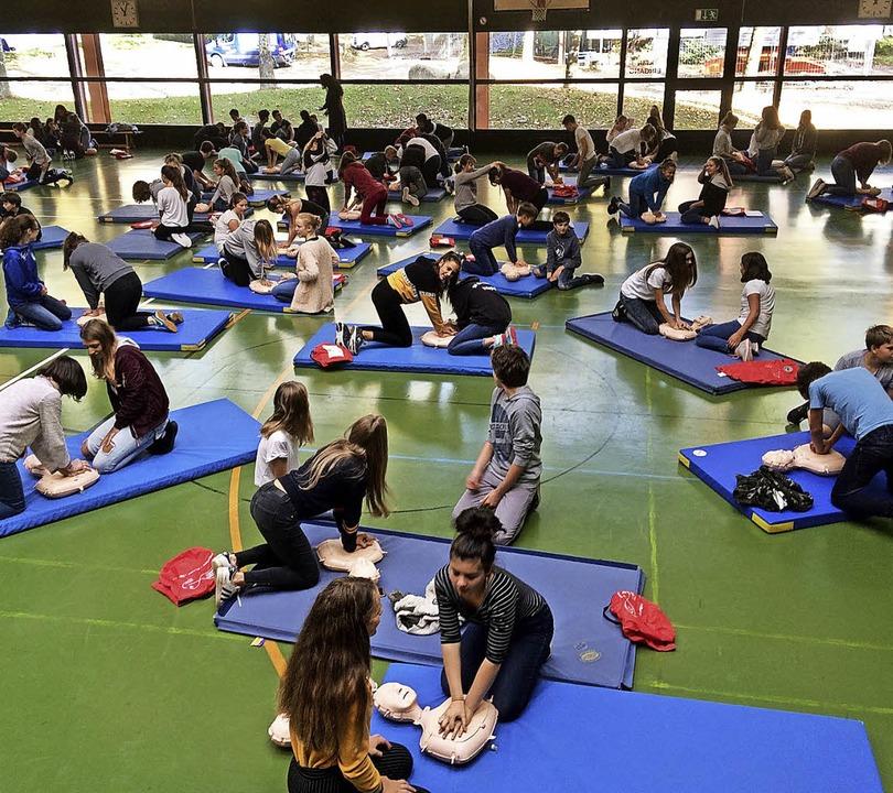 Die Achtklässler der Realschule am Gie...irchzarten üben die Herzdruckmassage.     Foto: Denzel
