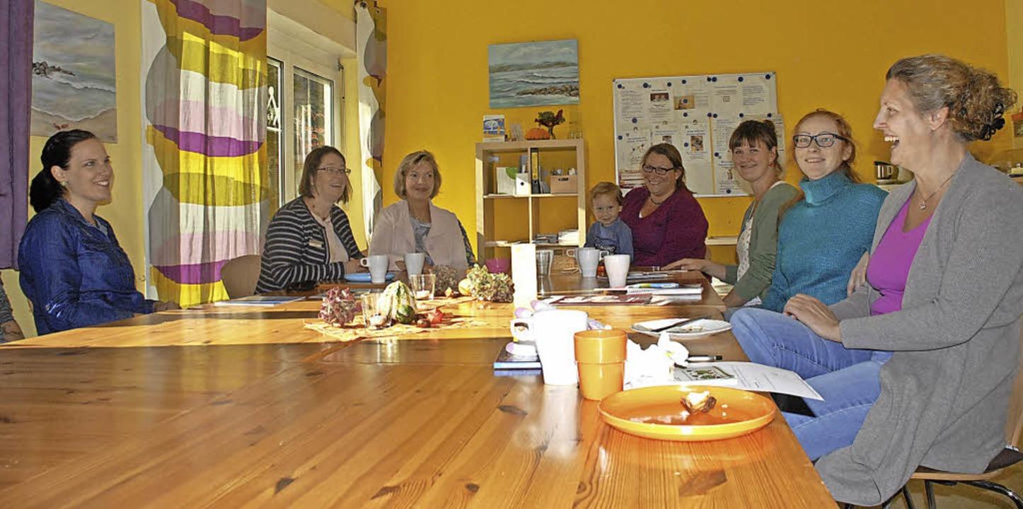 Viviane Neff (Zweite von links) und  r... Gast im Familienzentrum Rheinfelden.   | Foto: Leony Stabla