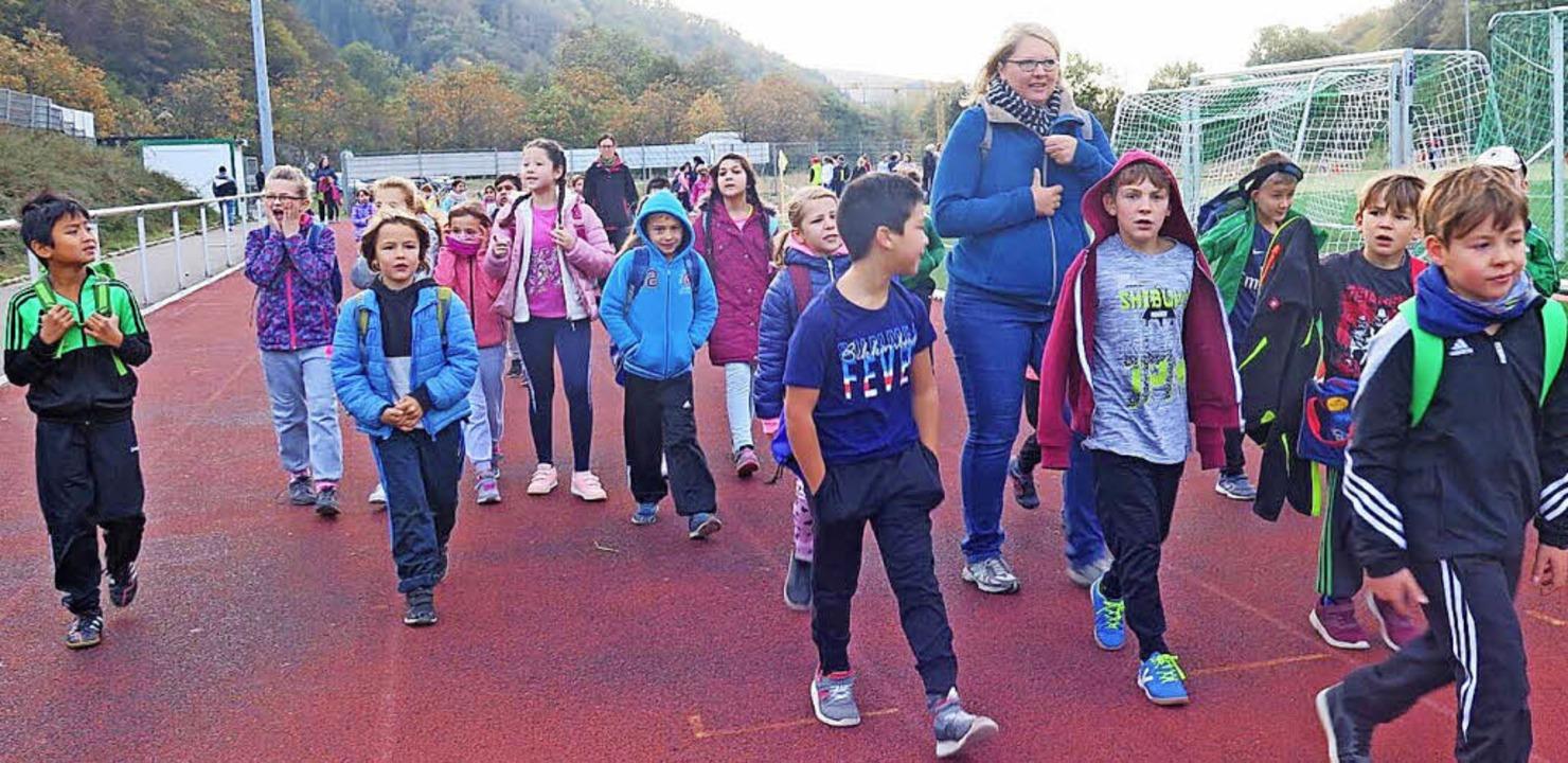 Sportlicher Einsatz für das Rote Kreuz...beim Sponsorenlauf12 Kilometer zurück.  | Foto: Schule/ZVG