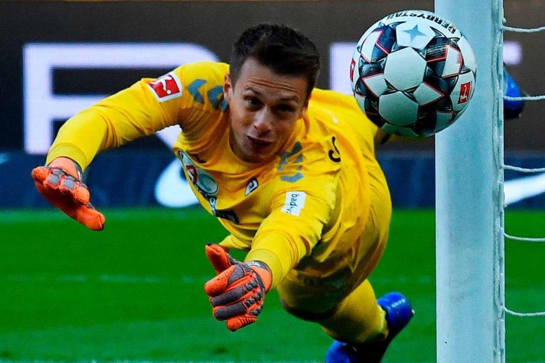Wird gegen Gladbach gefordert sein: SC-Keeper Alex Schwolow  | Foto: AFP