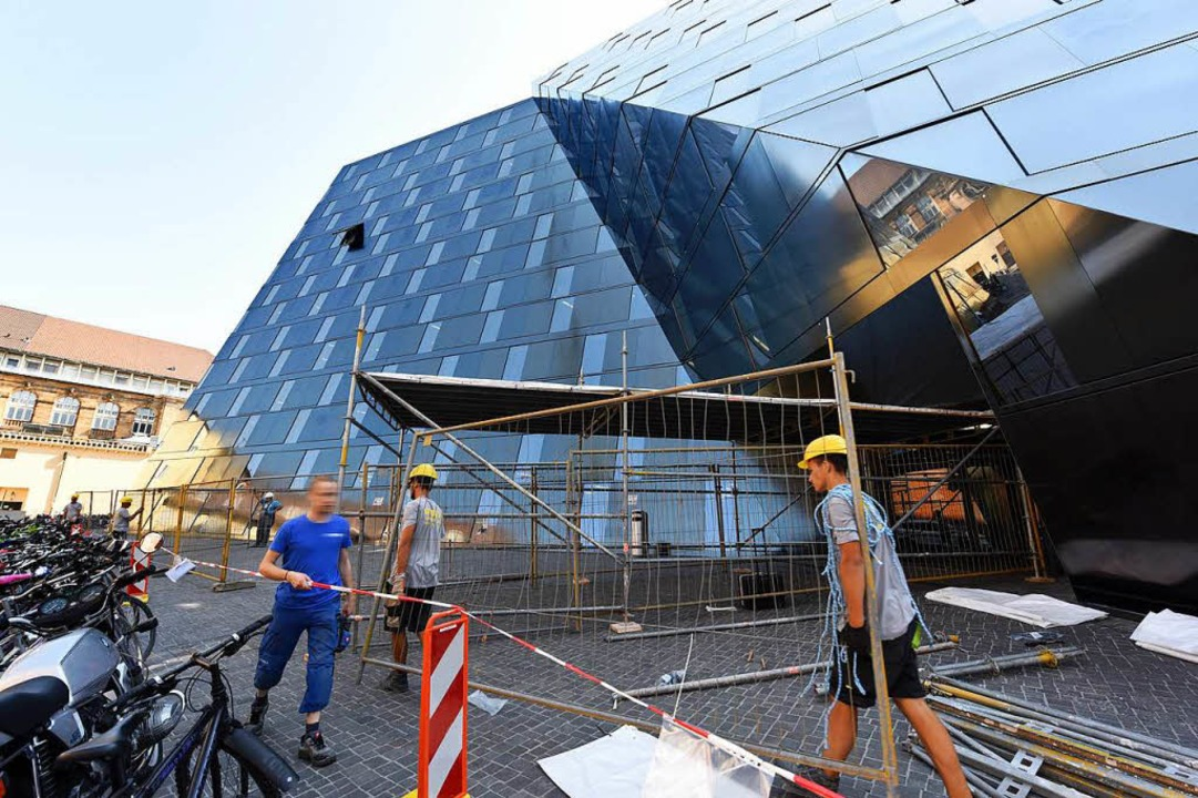 Direkt nach dem Fallen der Fassadentei...der Bereich rund um die UB abgesperrt.  | Foto: Rita Eggstein