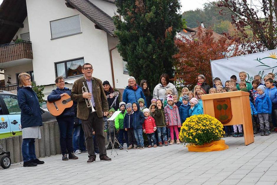 Helmut Dold moderierte die eröffnung, die Kinder des Kindergartens und der Grundschule sangen. (Foto: Karl Kovacs)