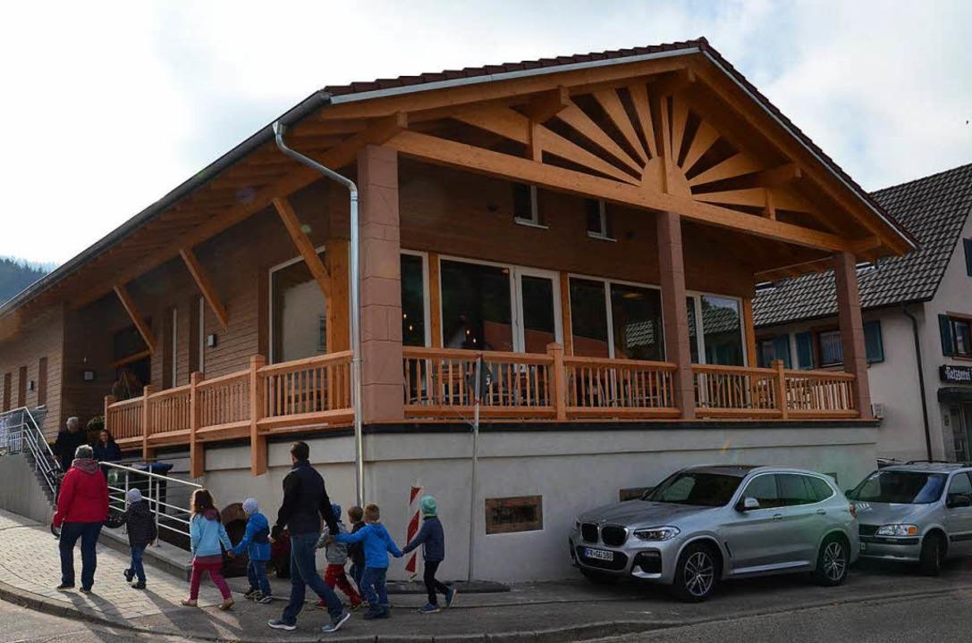 Der Dorfladen ist ein markantes Gebäud...en Terrasse in Schweighausen geworden.  | Foto: Karl Kovacs