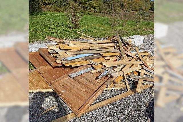 RHEINFÄLLE: Eine Holzhütte in Einzelteilen