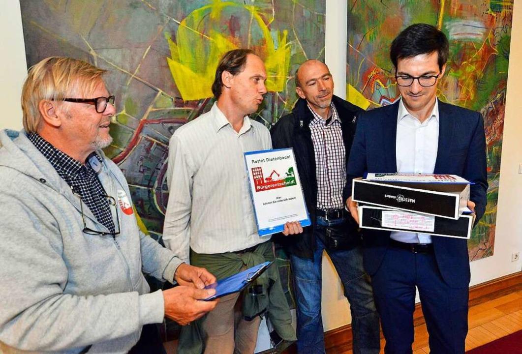 Ulrich Glaubitz, Manfred Kröber und Ra...ften an Oberbürgermeister Martin Horn.  | Foto: Michael Bamberger