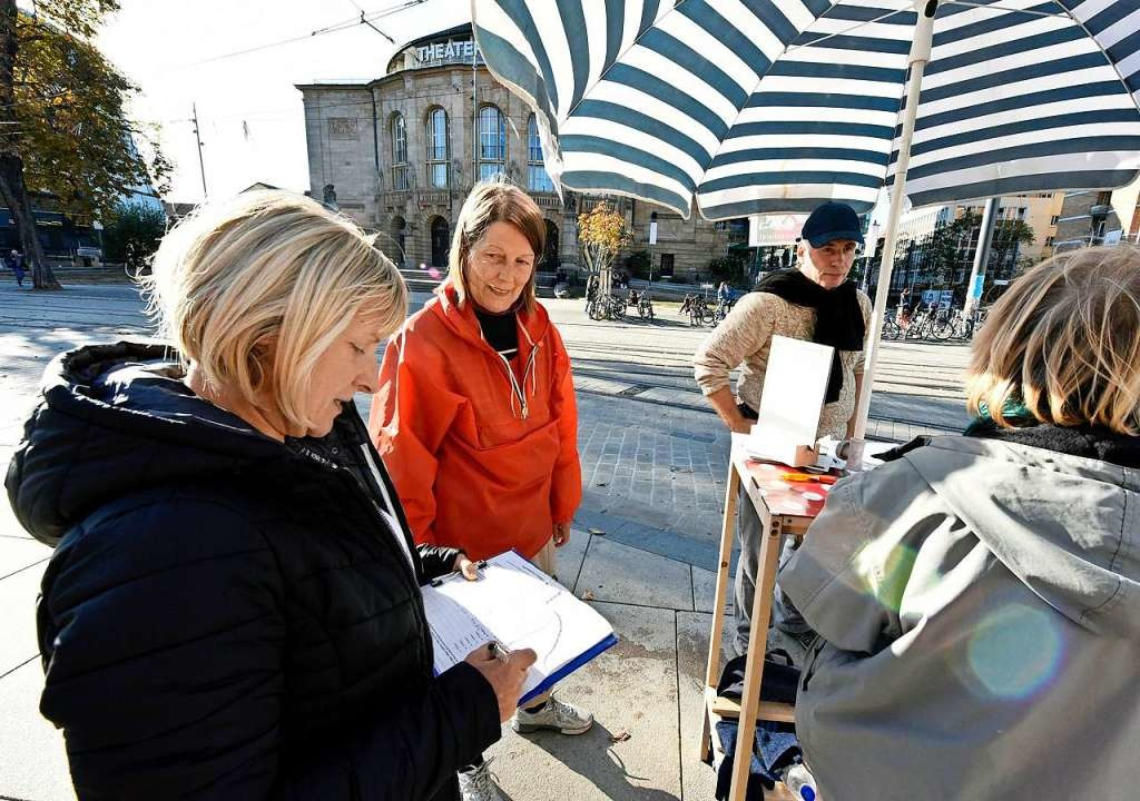 Auf dem Platz der Alten Synagoge samme...Unterschriften für das Bürgerbegehren.  | Foto: Michael Bamberger
