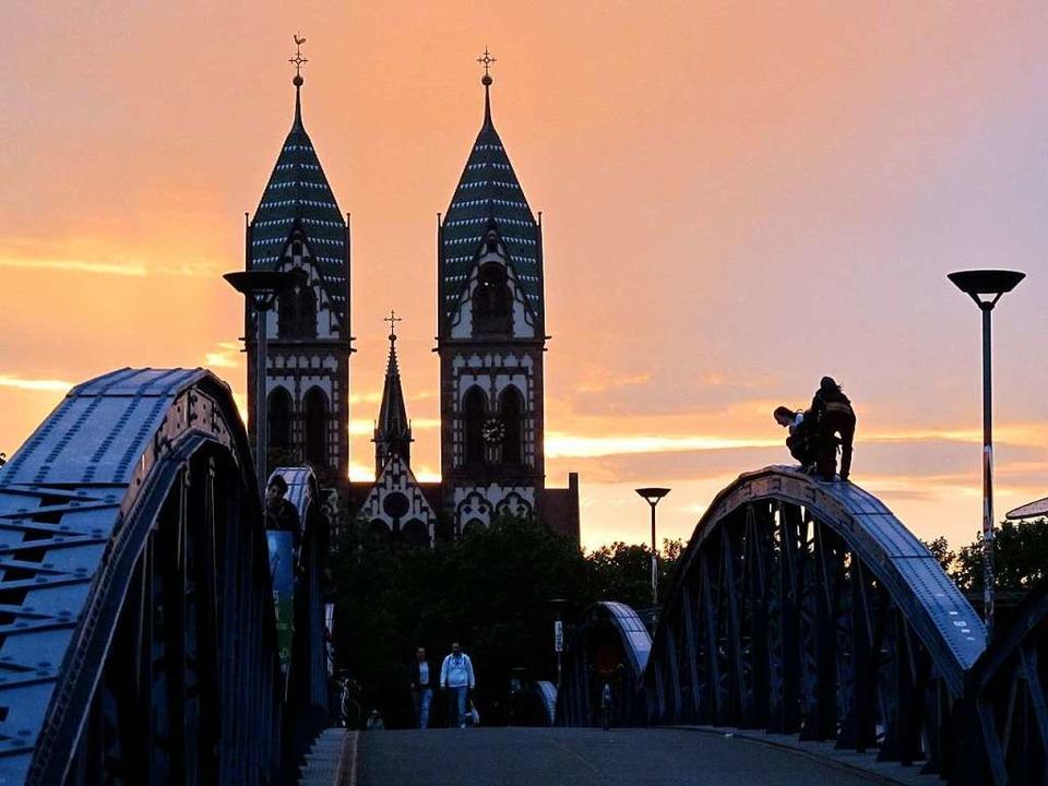 Sonnenuntergang an der Freiburger Wiwili-Brücke    Foto: Anne Witte-Rotter