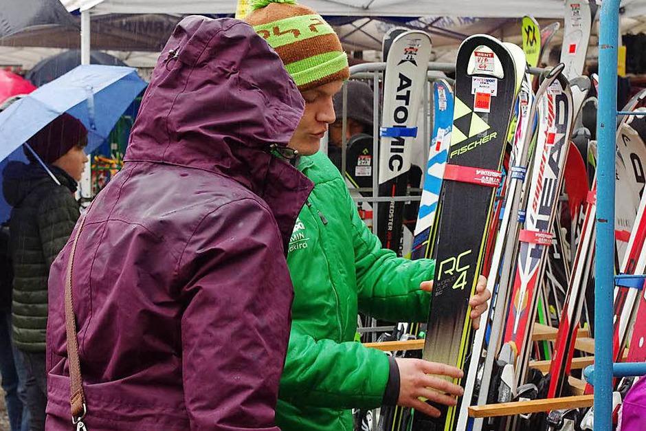 Mit Ski, Schirm und Kapuze: Impressionen vom Emmendinger Brettlimärkt 2018. (Foto: Annika Sindlinger)