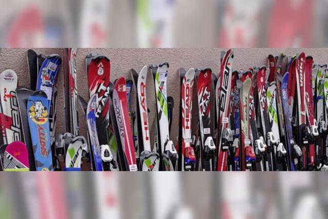 Mit Schirm, Ski und Kapuze