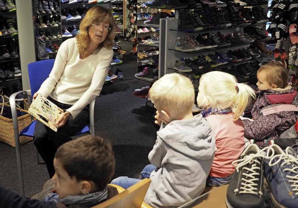 Lesestunde im Einzelhandelsgeschäft &#...e Märchentage fanden im Warmen statt.   | Foto: Hans Christof Wagner
