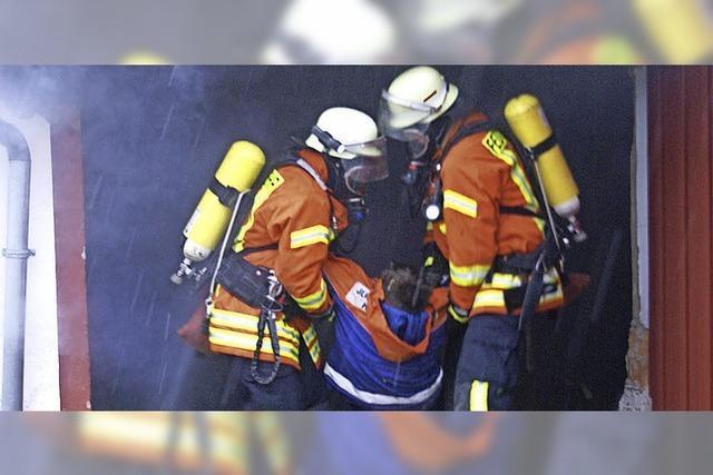 Feuerwehr übt in brennender Garage den Ernstfall