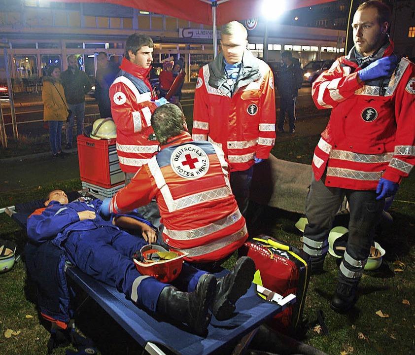 "Simulierter Notfall: DRK-Helfer versuc...em ""Verletzten"" zu helfen.  | Foto: Paul Schleer"