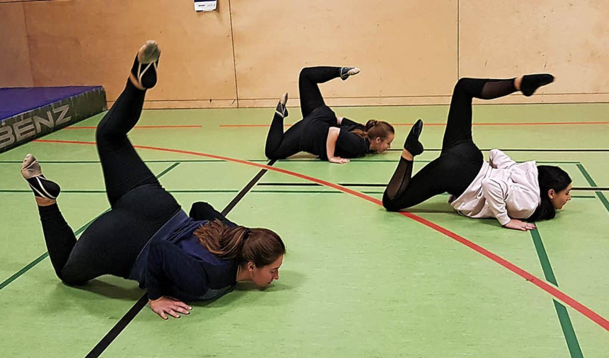 Lina Lichtblau, Vanessa Zweig und Nata...n trainieren zusammen beim Nachtsport.  | Foto: Julienne Rogg