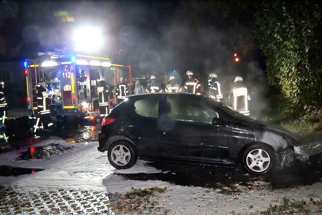 Die Feuerwehr konnte den Brand  schnel...Dennoch ist das Auto ein Totalschaden.  | Foto: Wolfgang Künstle