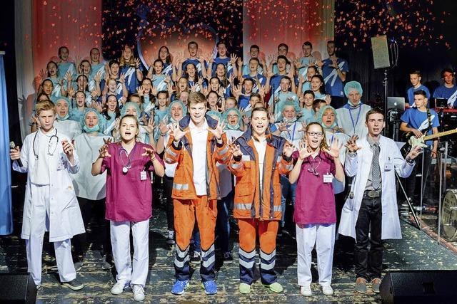 Das Herz schlägt zusammen. Siebzig junge Menschen singen auf der Bühne