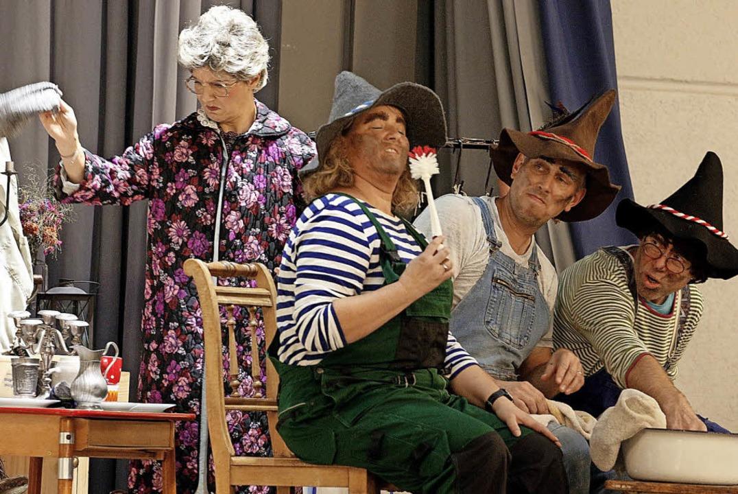 Eine schräge Geschichte präsentierten Eltern und Kinder auf der Bühne.  | Foto: Heidi Fössel