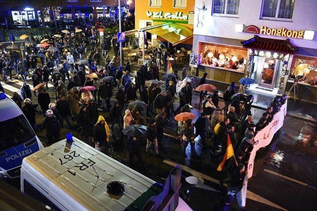 Video: AfD-Demo und Gegendemonstranten ziehen durch Freiburg