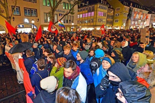 400 AfD-Anhänger und 2000 Gegendemonstranten ziehen durch Freiburg