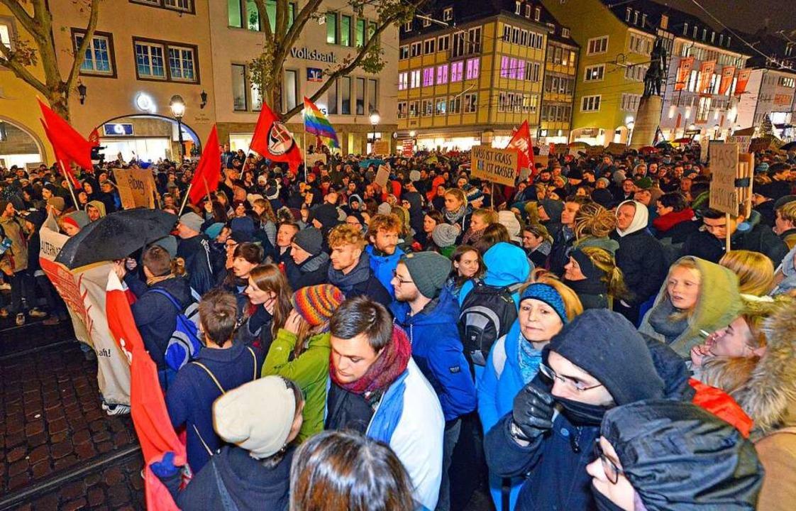Rund 1500 Menschen zeigten beim Bertol...nen im Dauerregen Flagge gegen Rechts.  | Foto: Michael Bamberger