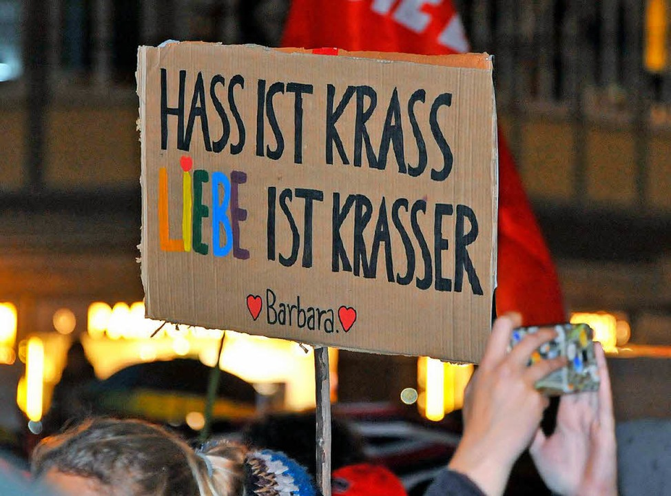 Ein Plakat bei der Demonstration am Montagabend in der Freiburger Innenstadt.  | Foto: Michael Bamberger