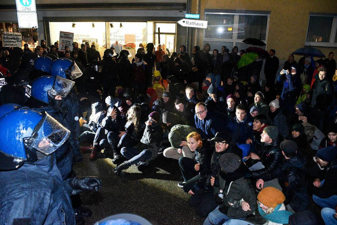 Die Gegendemonstranten versuchten den ...ispielsweise Sitzblockaden zu stoppen.  | Foto: Thomas Kunz