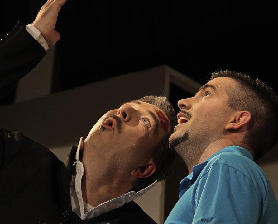 Martin Schade (links) und Kevin Hils gucken gen Himmel.  | Foto: Gschweng
