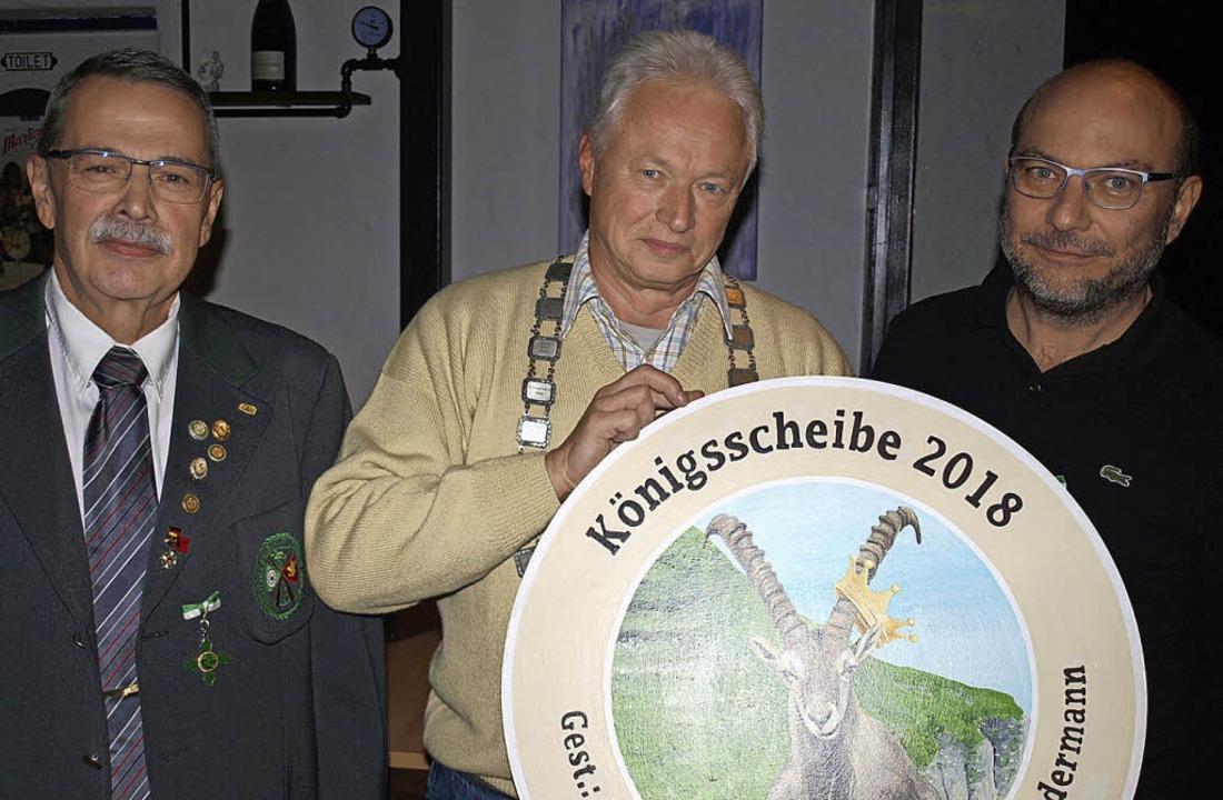 Bei der Schützengesellschaft Lörrach i...rechts) und 2. Ritter Hubert Knauber.   | Foto: Paul Schleer