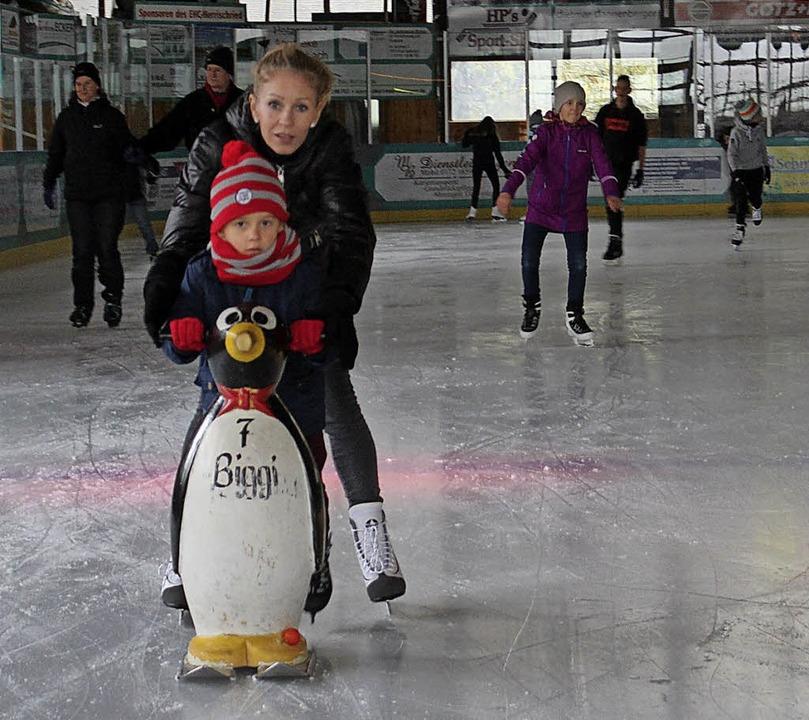 Tanja Marcec ist zu Besuch aus Stuttga... mit dem Pinguin das richtige Gleiten.    Foto: Christiane Pfeifer