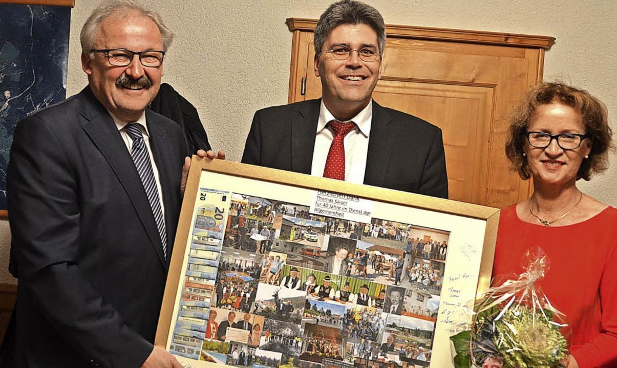 Im Namen des Gemeinderates überreichte...n, in der Mitte Landrat Martin Kistler  | Foto: Christiane Sahli