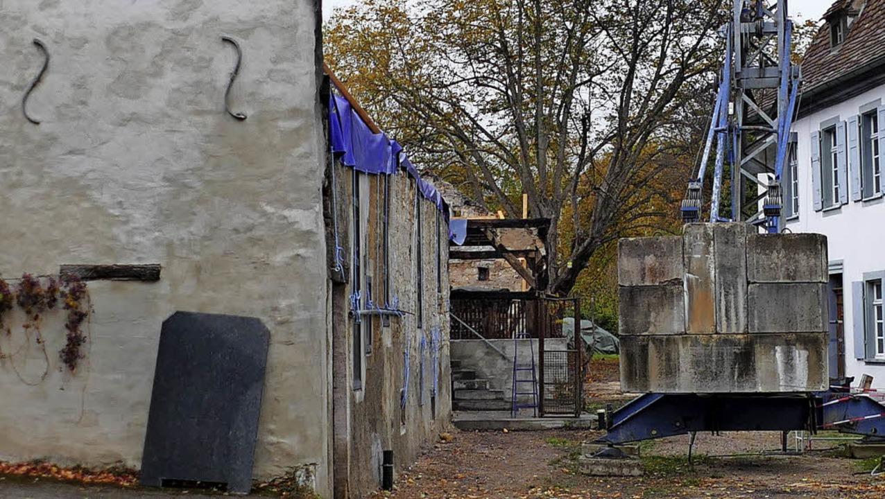 Mithilfe eines Krans ließ Peter Bossha...t aus den ausgebrannten Räumen heben.   | Foto: Langelott