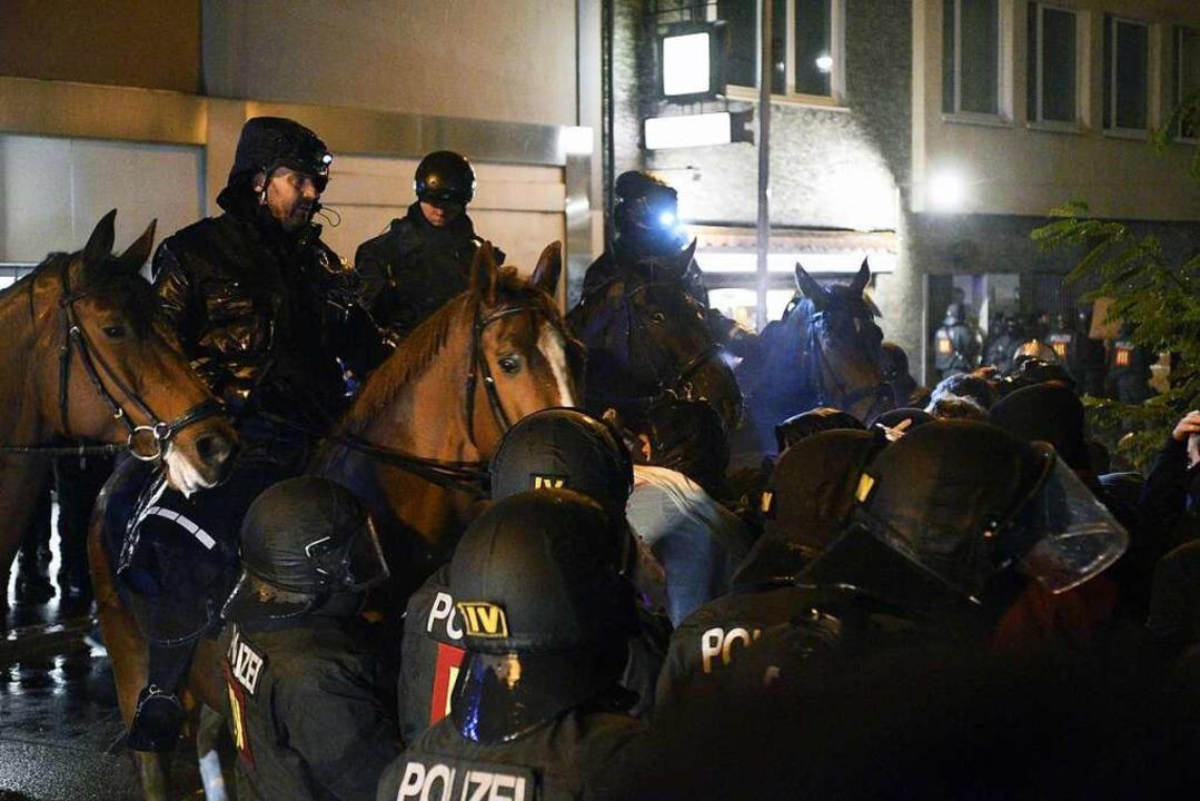 Während der Demonstration am Montag trennte die Polizei die verschiedenen Lager.  | Foto: Thomas Kunz