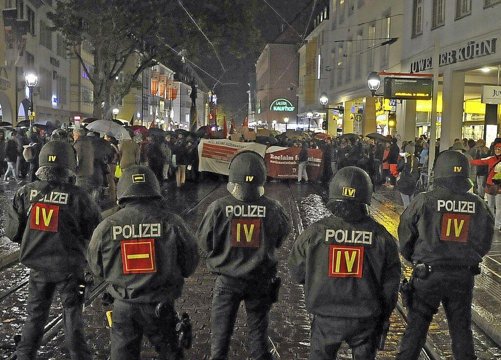 Polizisten und Demonstranten standen sich am Montagabend in Freiburg gegenüber.   | Foto: Michael Bamberger