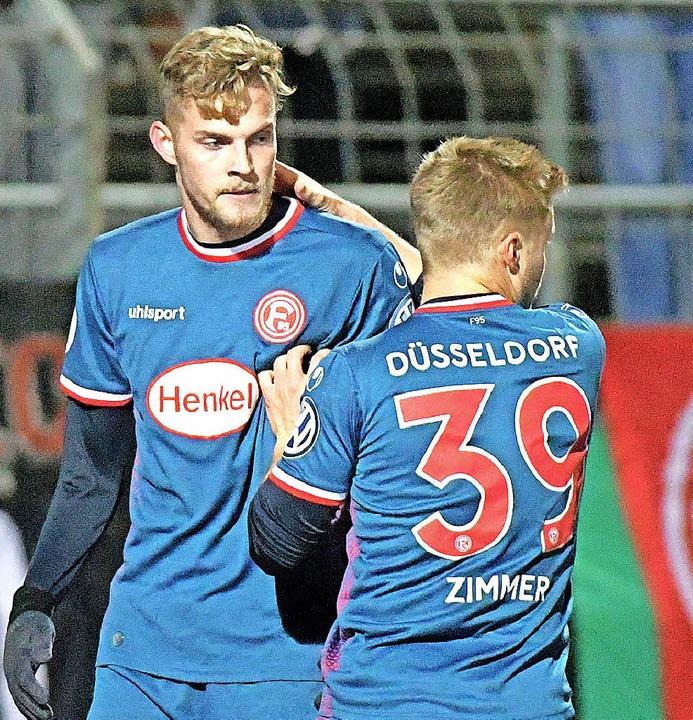 Die Düsseldorfer Marvin Ducksch (links...über einen der fünf Fortuna-Treffer.      Foto: dpa