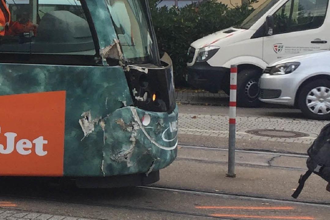 Die Straßenbahn wurde nur leicht besch...re Fahrt aus eigener Kraft fortsetzen.  | Foto: Oliver Huber