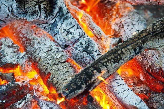 Mann entfacht Lagerfeuer in der Konzertmuschel im Lörracher Rosenfelspark