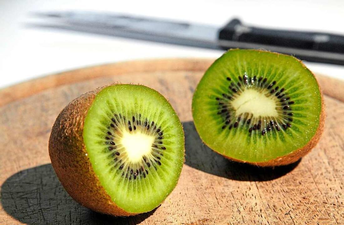 Zwei Kiwis enthalten bei läppischen 10...bedarf eines Erwachsenen an Vitamin C.  | Foto: Jens Schierenbeck