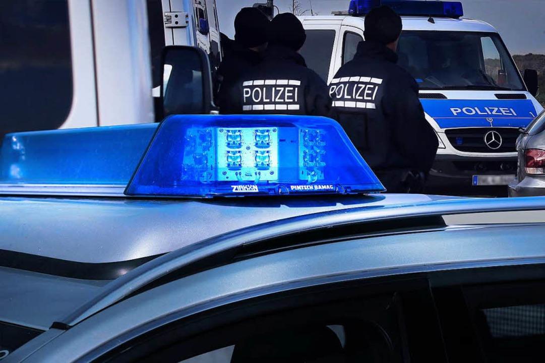 Die Polizei sucht zwei dunkelhäutige M... Straße überfallen haben (Symbolbild).  | Foto: Hans-Peter Ziesmer