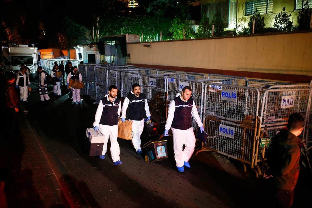 Mitarbeiter der türkischen Spurensiche...ng das saudische Konsulat in Istanbul.  | Foto: dpa