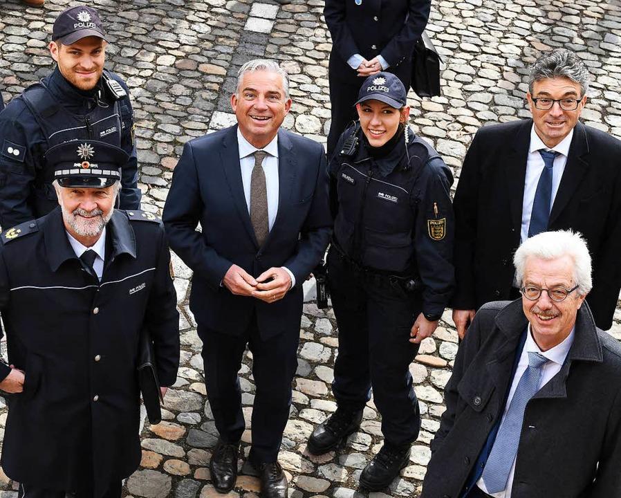 Polizeipräsident Bernhard Rotzinger, P... Sicherheitsbündnisses für die Kamera.  | Foto: dpa