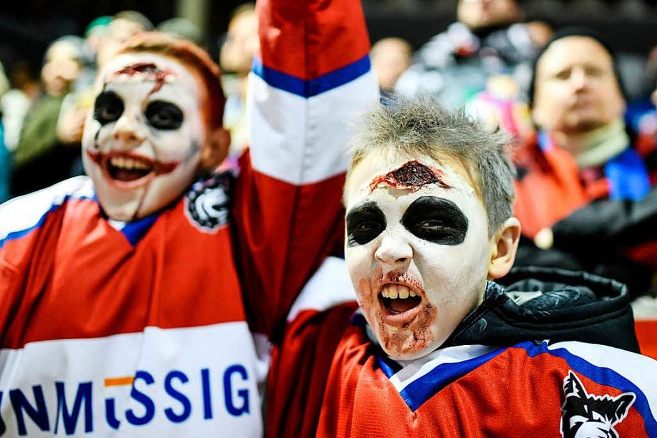 Das Spiel an Halloween des EHC Freiburg. Die Fans hatten trotz der Niederlage ihren Spaß. (Foto: Patrick Seeger)
