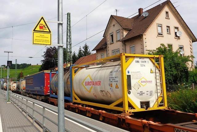 Wieso Gefahrgutzüge in Bahnhöfen wie in Efringen-Kirchen geparkt werden