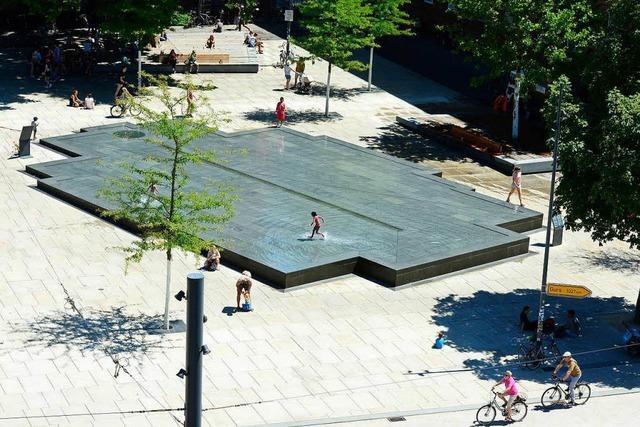 Gedenkbrunnen soll kein Planschbecken mehr sein – Stadt kündigt Maßnahmen an