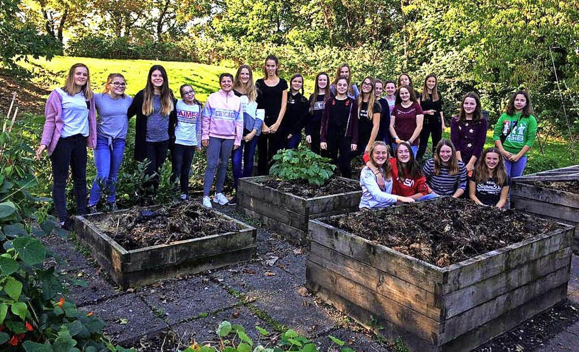 Die deutschen Schülerinnen und Schüler...hauten sich die dortigen Hochbeete an.  | Foto: Tiedemann