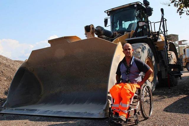 Straßenbauer kann wieder arbeiten – dank eines rollstuhlgerechten Schaufelbaggers